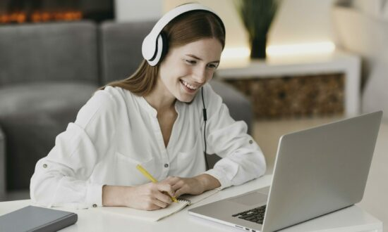 teacher-talking-with-her-students-online